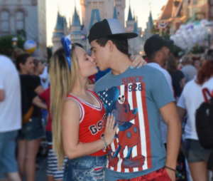 Larissa Manoela e Thomaz Costa aparecem se beijando na 1ª foto do casal após assumirem namoro!
