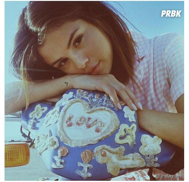 """Selena Gomez desbanca """"Despacito"""" e conquista a primeira posição no iTunes"""