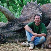 """Foto de Steven Spielberg ao lado de dinossauro """"morto"""" revolta fãs"""