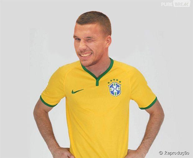 Podolski vestindo a camisa do Brasil!