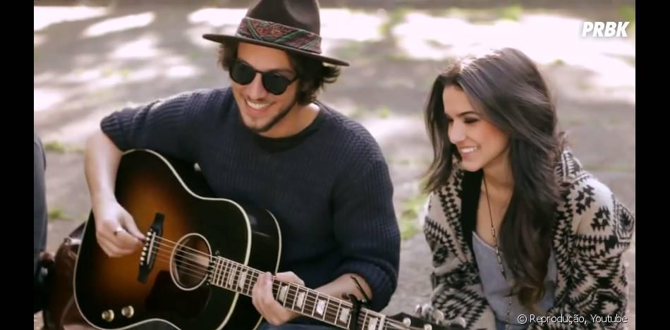 """Chay Suede toca violão ao lado de Manu Gavassi em """"No Capricho - O Filme"""""""