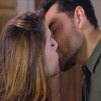 """Novela """"Carinha de Anjo"""": Gustavo (Carlo Porto) pede Cecília em casamento após beijo!"""