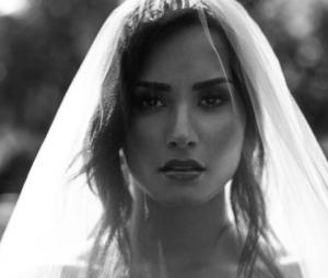 """Demi Lovato divulga mais duas prévias do clipe de """"Tell Me You Love Me"""""""