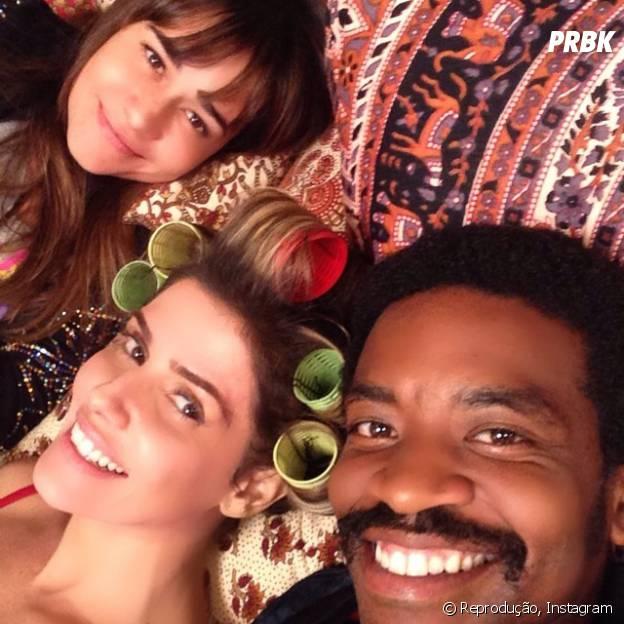 """Deborah Secco posa sem maquiagem nos bastidores de """"Boogie Oogie"""" ao lado de Alessandra Negrini e Fabrício Boliveira"""
