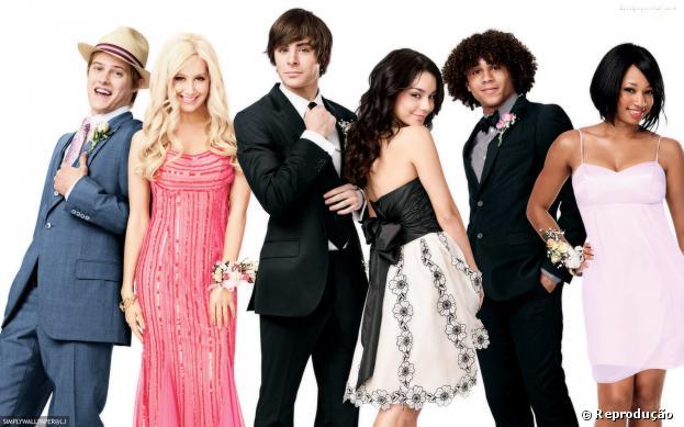"""Vanessa Hudgens se reúne com elenco de """"High School Musical"""" para se apresentar em evento beneficente."""