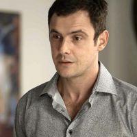 """Novela """"O Outro Lado do Paraíso"""": Gael (Sergio Guizé) sai da cadeia e tenta voltar com Clara"""