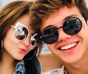 Larissa Manoela e Leo Cidade contam que primeiro beijo do casal rolou na casa da madrinha da atriz