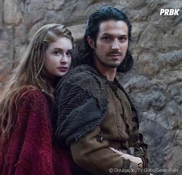 """Em """"Deus Salve o Rei"""": Afonso (Romulo Estrela) desiste do trono para viver ao lado de Amália (Marina Ruy Barbosa)"""