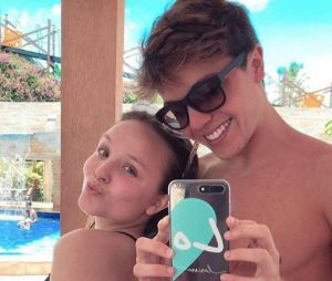 Muito amor! Larissa Manoela e o namorado, Leo Cidade, têm dia de folga em parque aquático