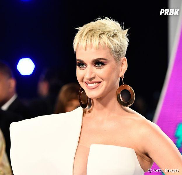 Katy Perry usa macacão com fotos de Orlando Bloom e se declara para ele no Instagram