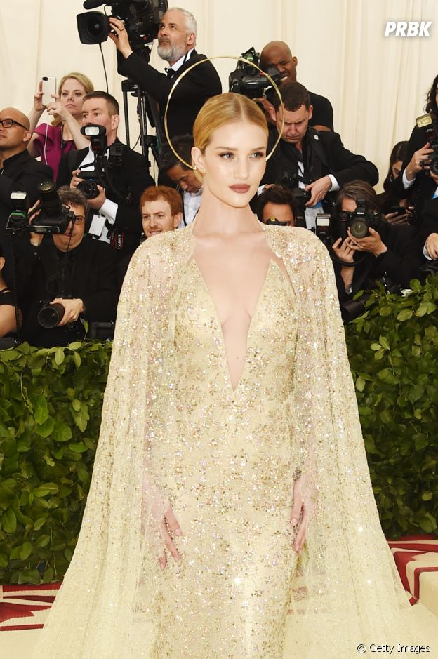 Rosie Huntington-Whiteley no tapete vermelho do MET Gala 2018