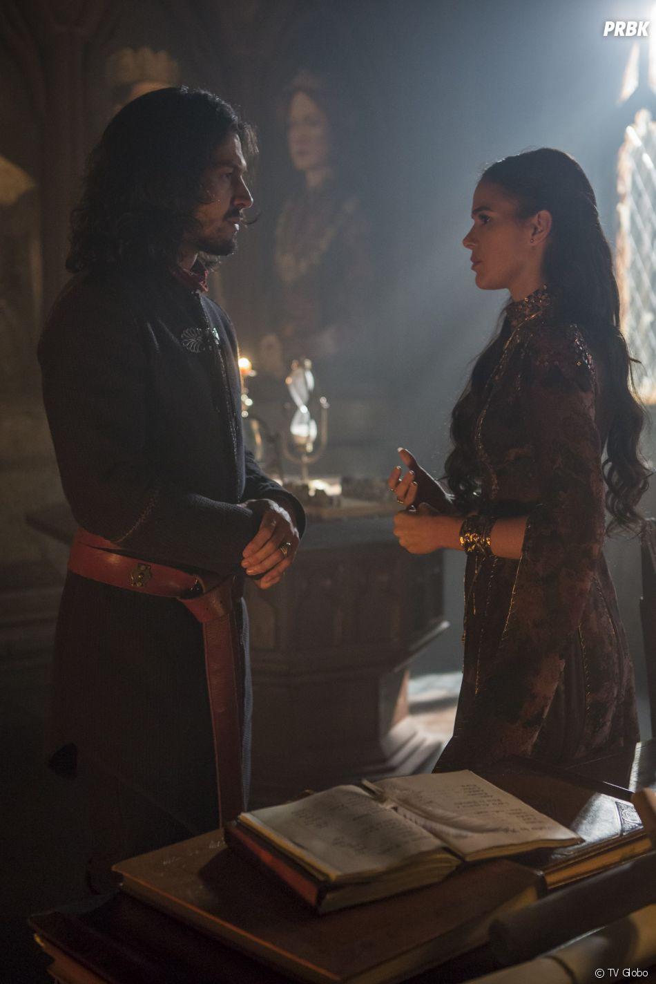 """Em """"Deus Salve o Rei"""", Catarina (Bruna Marquezine) fica chocada quando Afonso (Romulo Estrela) diz que ela não pode mais morar no castelo"""