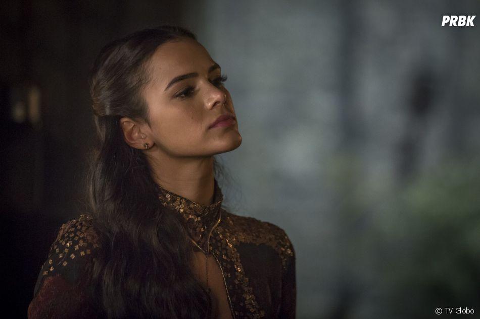"""Em """"Deus Salve o Rei"""", Catarina (Bruna Marquezine) implora para que Afonso (Romulo Estrela) não a expulse do castelo"""