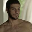 """Em """"Segundo Sol"""", Ícaro (Chay Suede) bate em Valentim (Danilo Mesquita) após ver o meio-irmão se aproximando de Rosa (Letícia Colin)"""