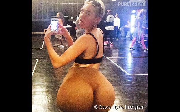 Miley Cyrus posa com bunda fake gigante para postar no Instagram (Nicki Minaj?)
