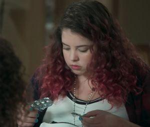 """Em """"Malhação"""", Úrsula vai encontrar remédios para emagrecer na bolsa de Pérola"""