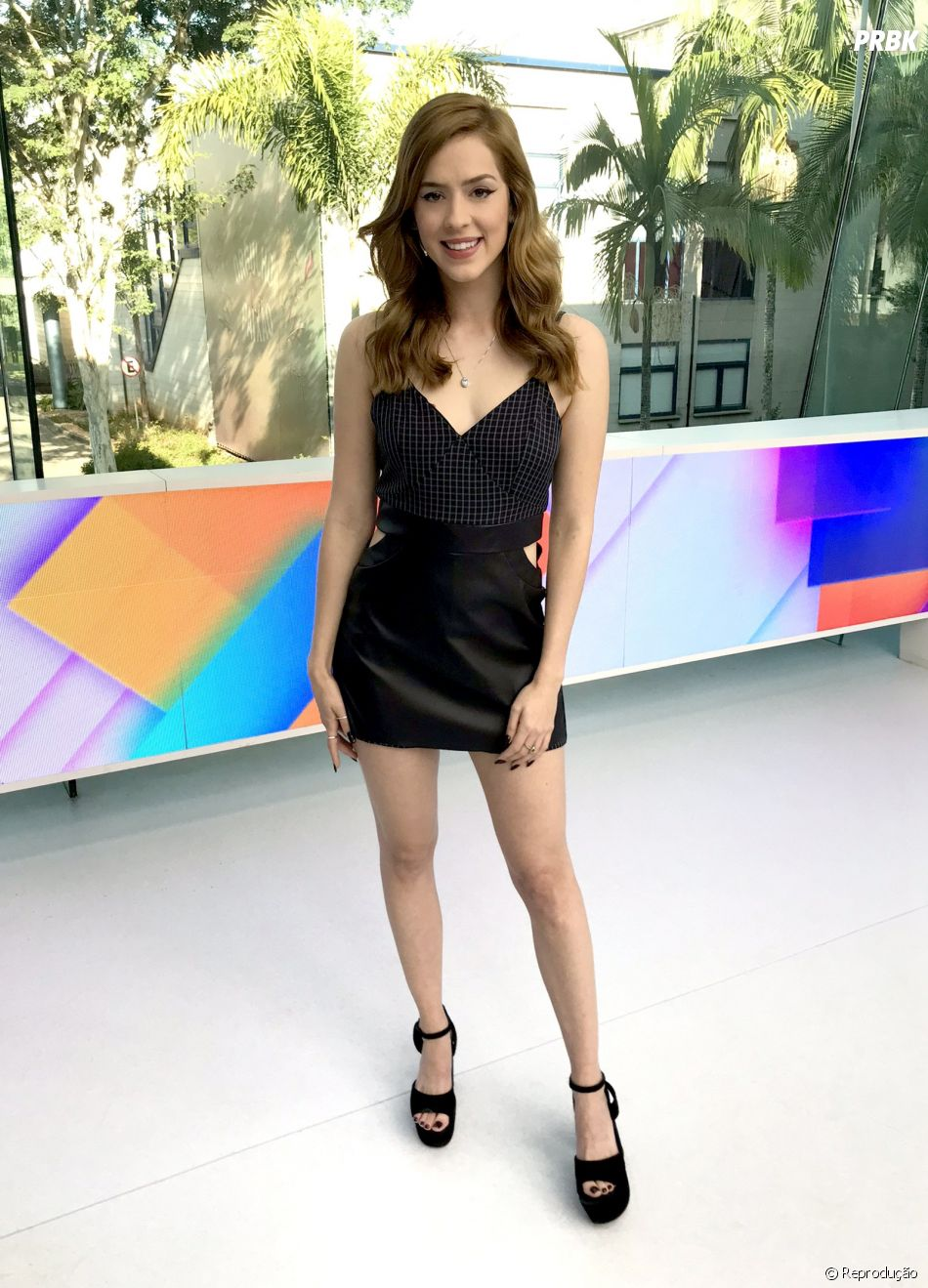 """Looks com tons escursos são os favoritos de Sophia Abrahão para apresentar o """"Vídeo Show"""""""