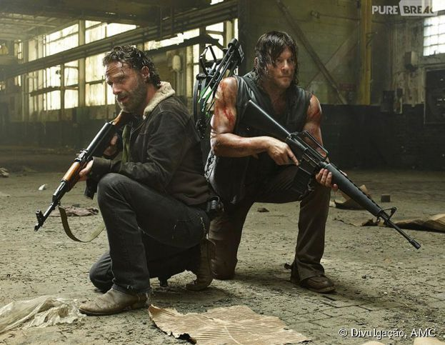"Em ""The Walking Dead"", Rick (Andrew Lincoln) e Daryl (Norman Reedus) se defendem de ameaças"