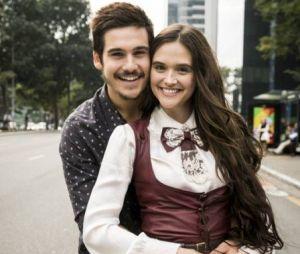 """Nicolas Prattes e Juliana Paiva posam juntos nos bastidores de """"O Tempo Não Para"""""""
