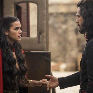 """Novela """"Deus Salve o Rei"""": Afonso (Romulo Estrela) impede Catarina de ir embora e aceita casamento"""