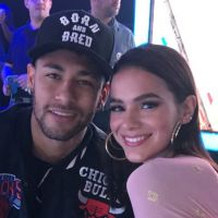 """Bruna Marquezine defende Neymar após pisão de jogador mexicano: """"Não encosta no meu namorado"""""""