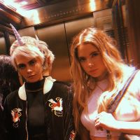 "Ashley Benson, ex-""Pretty Little Liars"", é flagrada aos beijos com Cara Delevingne"