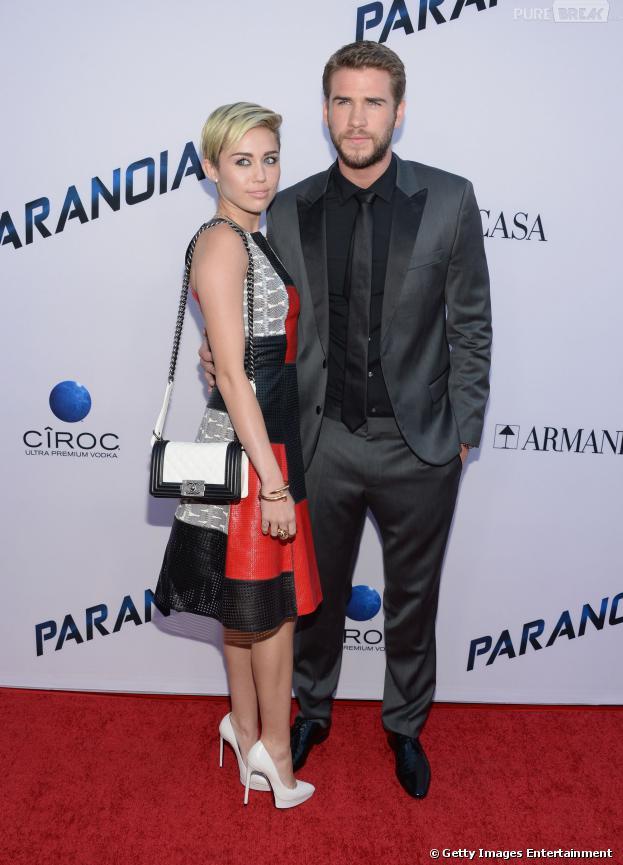 Dias após a assessoria de Liam Hemsworth confirmar o fim do namoro dele com a popstar rebelde Miley Cyrus, o artista foi clicado aos beijos com a cantora mexicana Elza González