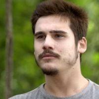"""Novela """"O Tempo Não Para"""": Samuca (Nicolas Prattes) ameaça Emílio e demite advogado"""