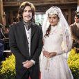 """Novela""""O Tempo Não Para"""": Marocas (Juliana Paiva) fica revoltada depois que Bento (Bruno Montaleone) a agarra"""