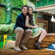 """Novela""""O Tempo Não Para"""": Bento (Bruno Montaleone) chega na festa de noivado de Marocas (Juliana Paiva) e Samuca (Nicolas Prattes) e faz uma confusão"""