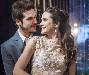 """Em """"O Tempo Não Para"""", Samuca (Nicolas Prattes) e Marocas (Juliana Paiva) estão noivos, mas o final do casal pode não ser tão feliz"""