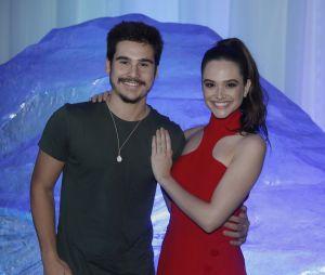 Juliana Paiva e Nicolas Prattes ainda não admitiram o namoro, mas estão felizes