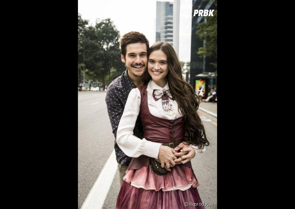"""Juliana Paiva e Nicolas Prattes, de """"O Tempo Não Para"""", já foram vistos aos beijos, mas ainda não assumiram o relacionamento"""