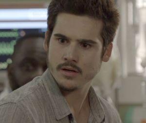 """Novela """"O Tempo Não Para"""": Marocas (Juliana Paiva) descobre segredo de Samucas (Nicolas Prattes) e pode acabar com noivado"""