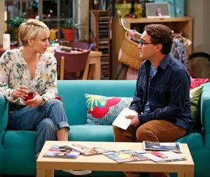 """Em """"The Big Bang Theory"""", Penny (Kaley Cuoco) e Leonard (Johnny Galecki) têm que enfrentar problemas no casamento"""