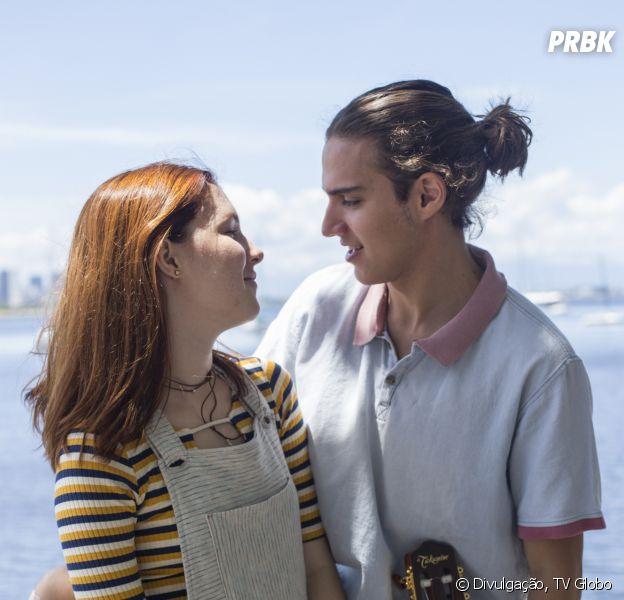 """Novo personagem chega em """"Malhação"""" para deixar relacionamento de Flora (Jeniffer Oliveira) e Tito (Tom Karabachian) estremecido"""