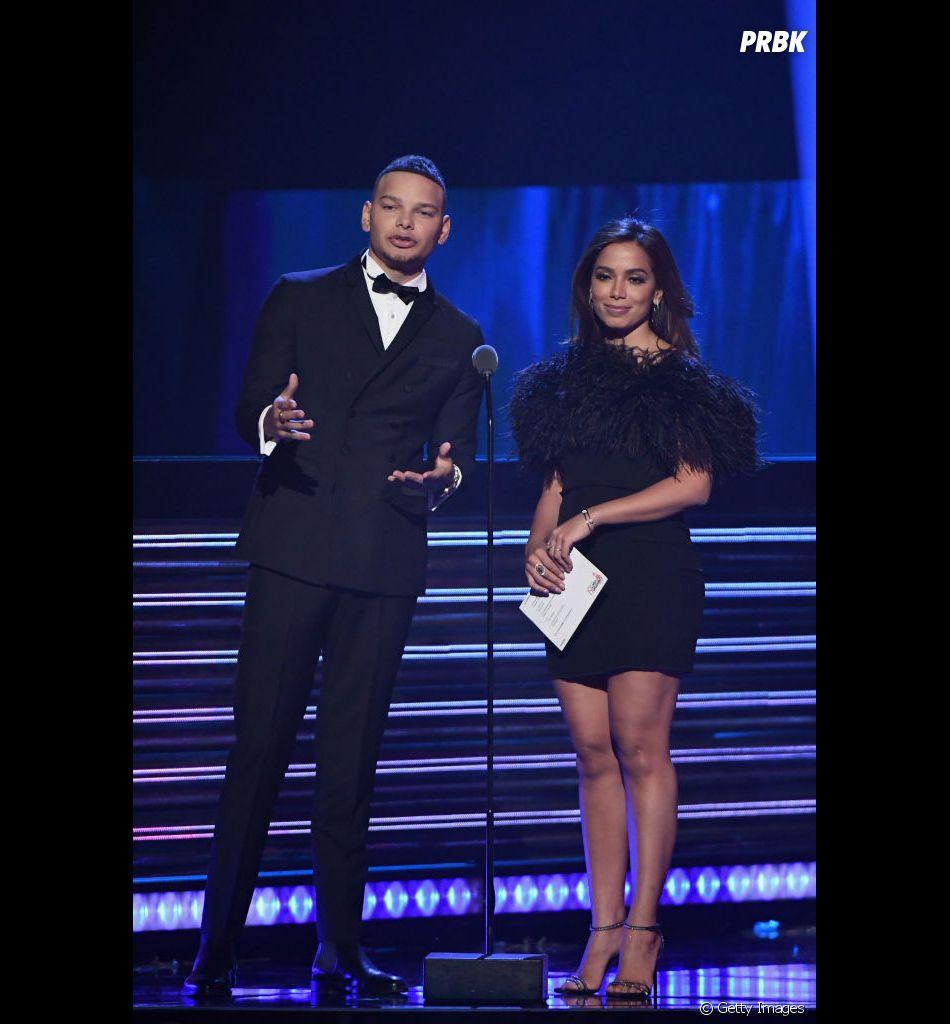 Anitta no Grammy Latino 2018: cantora subiu no palco para entregar um dos prêmios