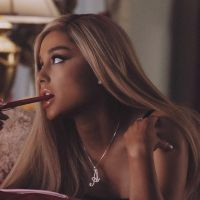 """Ariana Grande aparece como Regina George em mais duas fotos do clipe de """"thank u, next"""""""