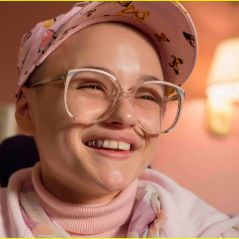 "Joey King, de ""A Barraca do Beijo"", tá totalmente diferente no filme ""The Act""! Veja fotos!"