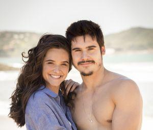 """Em """"O Tempo Não Para"""": Samuca (Nicolas Prattes) propõe fuga àMarocas (Juliana Paiva) depois de descoberta de vírus"""