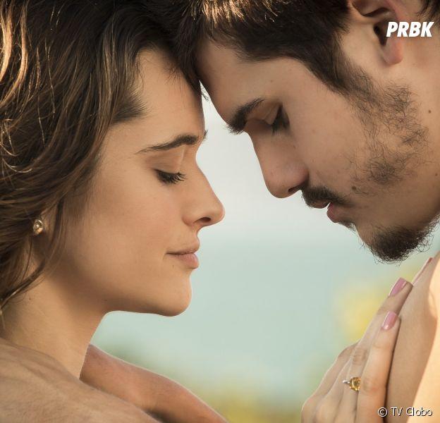 """Em """"O Tempo Não Para"""": Samuca (Nicolas Prattes) se desespera ao descobrir que Marocas (Juliana Paiva) pode morrer"""