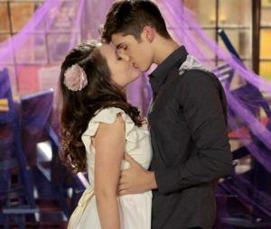 """Em """"As Aventuras de Poliana"""": Mirela (Larissa Manoela) e Luca (João Guilherme) se beijam"""