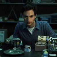 """Criadora de """"You"""" fala sobre 2ª temporada da série e possível redenção de Joe"""
