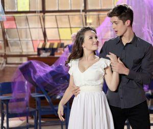 """Em """"As Aventuras de Poliana"""", Mirela (Larissa Manoela) e Luca Tuber (João Guilherme) ensaiam para coreografia e se beijam"""