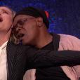 """Brie Larson e Samuel L. Jackson, de """"Capitã Marvel"""", vão a programa e cantam """"Shallow"""" juntos"""