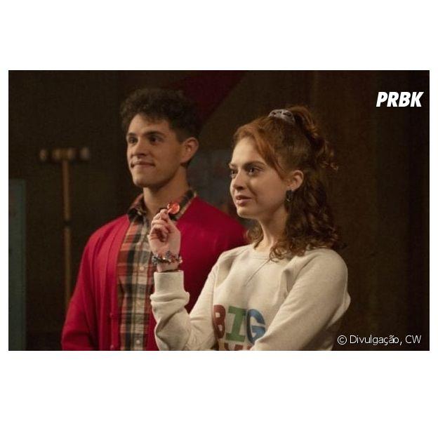 """Evelyn Evernever(Zoé De Grand Maison) dá brownie batizado para Kevin (Casey Cott), que alucina em """"Riverdale"""""""
