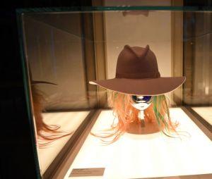 """Lady Gaga e sua """"Haus of Gaga"""": já imaginou ver vários figurinos, acessórios e cenários que marcaram a carreira da cantora de pertinho?"""