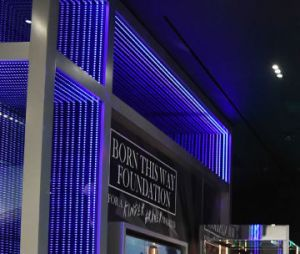"""""""Haus of Gaga"""": Além da exibição das peças de Lady Gaga, também haverão lojinhas com produtos exclusivos"""