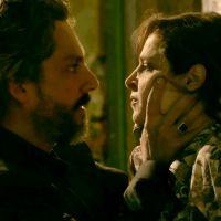 """Novela """"Império"""": Cora chantageia José Alfredo e ainda dá um beijão nele!"""