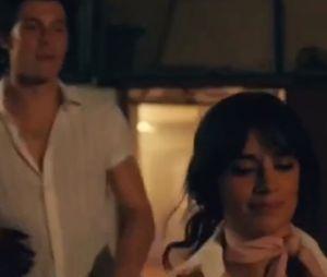 "Shawn Mendes e Camila Cabello vivem intenso romance no clipe de ""Señorita""! Assista"